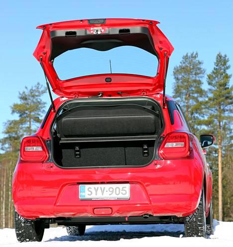 Reilusti avautuvan luukun takana on auton ulkomittojen mukainen tavaratila.