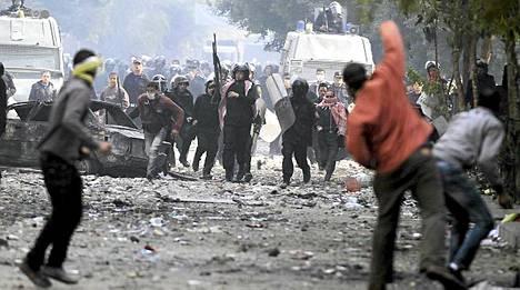 Yhteenotot poliisin ja mielenosoittajien välillä jatkuivat tiistaina.