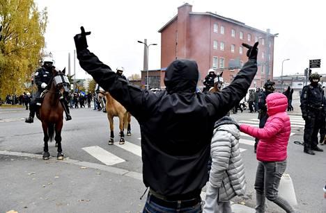 Poliisi pyrki estämään uusnatsien mielenosoitusta ja uusnatseja vastustavaa mielenosoitusta kohtaamasta toisiaan.