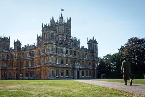 Elokuvan kuvauspaikkana, eli jylhänä Downton Abbeyn kartanona nähdään tuttuun tapaan Highclaren linna.