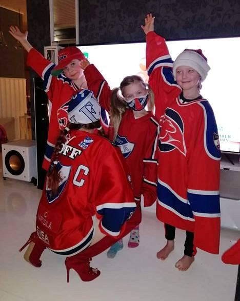 Opettajan sijaisuuksia tekevä Satu Hämäläinen pukeutuu aina pelipaitaan, niitä löytyy kaapista kymmeniä. Koko perhe katsoo jääkiekkoa.