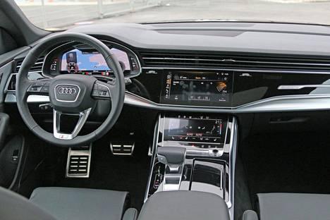 Kuljettajan konttorissa voi aluksi yllättää infoähky, mutta tutustumisen jälkeen tietoviihdejärjestelmiä käyttää ilokseen.