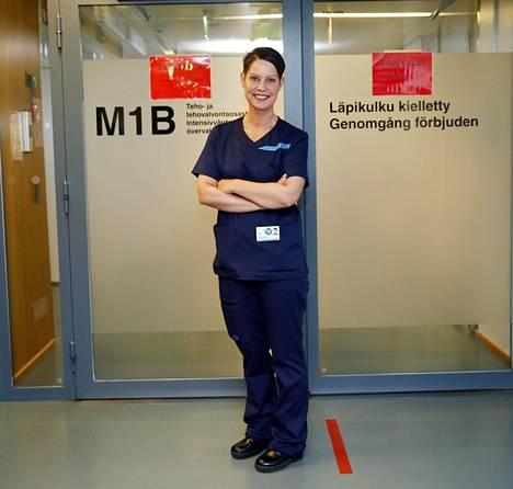 Uudenmaan koronaviruksen tehohoitoa tarvitsevat uhrit tuodaan HUSin tornisairaalan teho-osastolle. Susan Laine kuvattiin oven edessä 26. maaliskuuta.