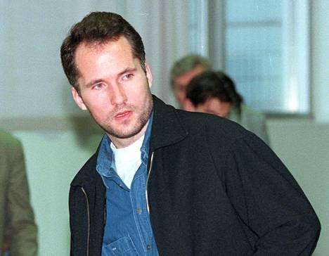 Kaksi suomalaispoliisia murhannut tanskalainen Steen Christensen meni naimisiin suomalaisen naisen kanssa vuonna 2000. Vihkiminen suoritettiin Herstedvesterin vankilakirkossa Tanskassa.