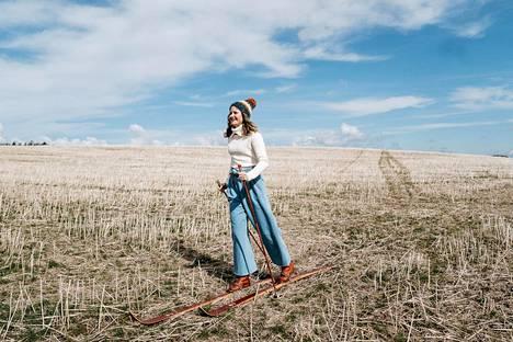 Toukokuussa otetuissa kuvissa Matintalo hiihtää lumettomilla pelloilla.