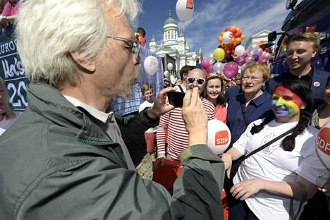 Seksuaalivähemmistöjen puolustaminen on Tarja Haloselle ja Pentti Arajärvelle tärkeä asia. Kuva Helsinki Pride -kulkueesta Helsingissä kesäkuussa 2015.