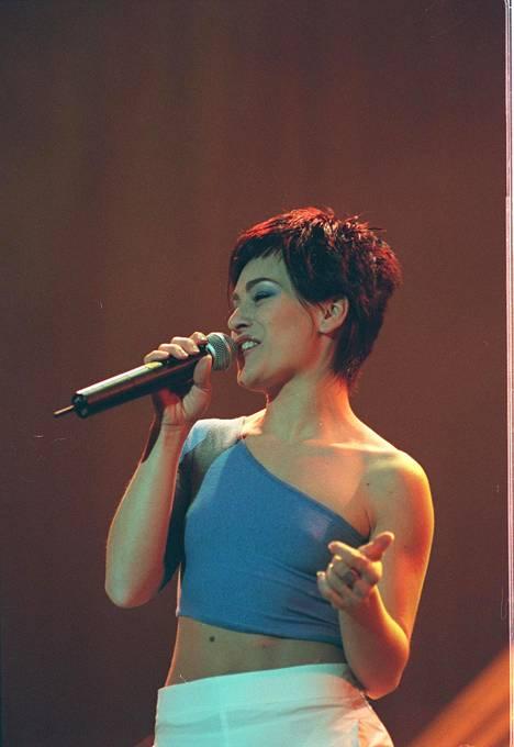 Suosion ollessa kiihkeimmillään laulaja esiintyi Suomessa lukuisia kertoja. Kuvassa Alexia esiintymässä Helsingissä vuonna 2000.