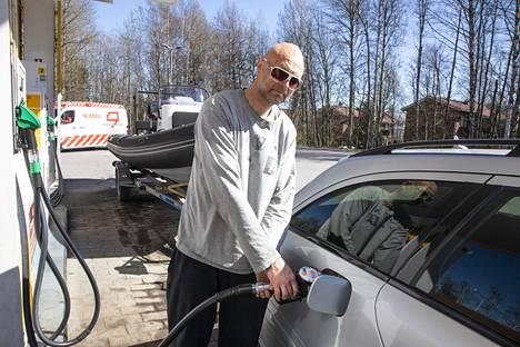 Jani Turunen tankkasi autonsa ja veneensä.