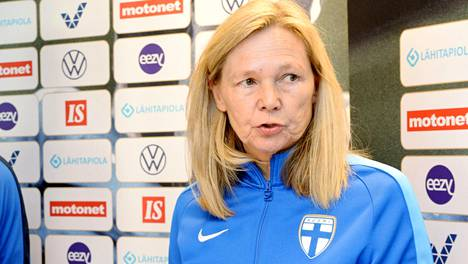 Anna Signeulin valmentama naisten jalkapallomaajoukkue hävisi Kroatialle sunnuntaina.