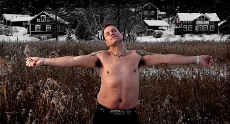 Talvella 2011 Tauski poseerasi pellolla ilman paitaa.
