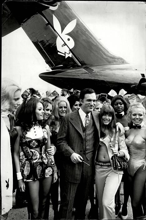 Hugh Hefner ja silloinen tyttöystävä Barbi Benton kuvattuna puputyttöjen ympäröimänä 1970.
