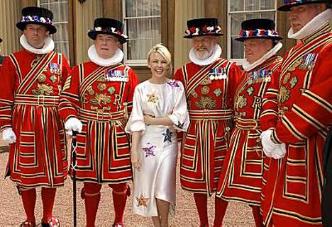 Kylie Minogue poseerasi kuninkaallisten vartijoiden kanssa viime torstaina vastaanotettuaan OBE-palkinnon prinssi Charlesilta.