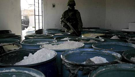 Meksikolainen sotilas vartioi paljastunutta huumelaboratoriota.
