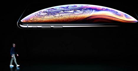 Applen toimitusjohtaja Tim Cook käveli eilen lavalle Applen pääkonttorissa Kaliforniassa.