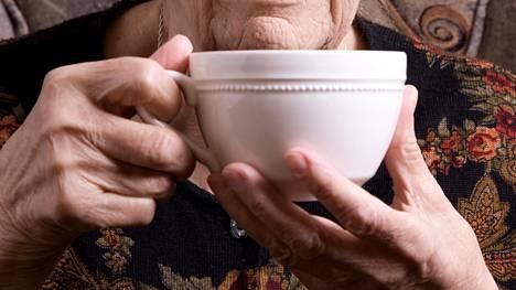 Kahvi ja kofeiini voivat parantaa tarkkaavuutta ja lyhentää reaktioaikaa, mitkä voisivat auttaa kaatumisen välttämisessä.