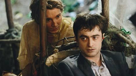 Harry Potter -sarjan päätähti Daniel Radcliffe (oik.) näyttelee hullussa komediassa ruumista. Paul Dano näyttelee autiolle saarelle haaksirikkoutuvaa Hankia.