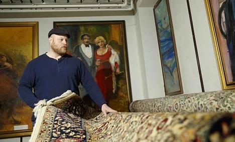 Huutokauppahuone Aleksin yrittäjä Sami Taustila esitteli mattoa kiinnostuneille.