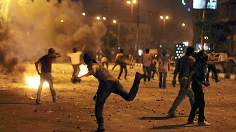 egyptiläiset mielenosoittajat riehuivat Israelin suurlähetystön edustalla Kairossa.