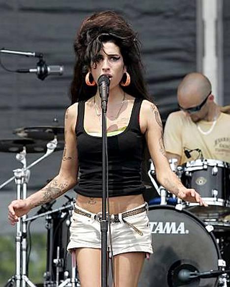 Amyn Winehousen lähipiiri avautuu laulajan kommelluksista.