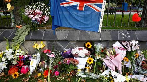 Kukkia ja Uuden-Seelannin lippu lähellä Linwoodin moskeijaa.