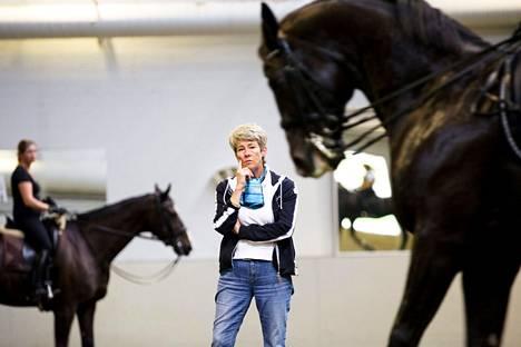 Tätä Kyra Kyrklund on tehnyt tuhansia ja tuhansia tunteja: menossa jälleen kerran kouluratsastusklinikka.