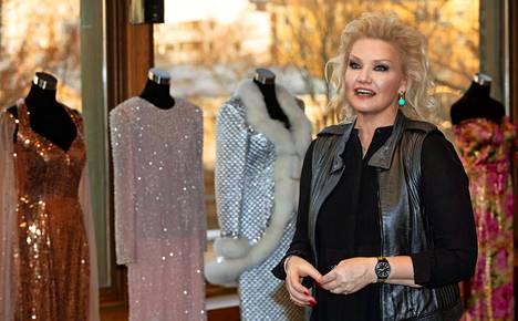 Karita Mattila lahjoitti alkusyksystä noin 90 esiintymisasuaan Paraisilla toimivalle, sopraano Päivi Nisulan luotsaamalle Saaristo-oopperalle. Nyt osa puvuista on asetettu esille Turun kaupunginteatteriin.