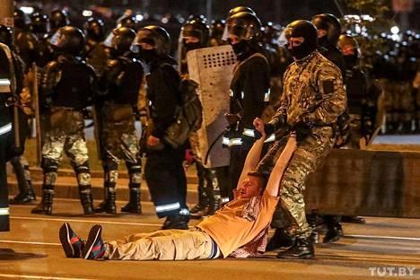 Mielenosoittajaa raahattiin Minskin kadulla sunnuntai-iltana.