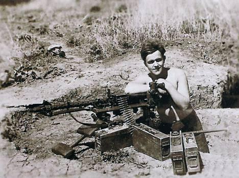 Aarne Kähäri 17-vuotiaana aseensa SMG-34:n takana Ukrainassa 1943.