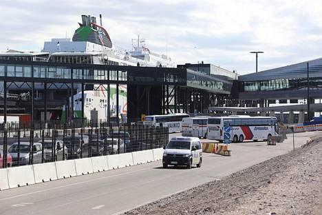 Poliiseja näkyi runsaasti Helsingin Länsisatamassa maanantai-iltapäivänä.
