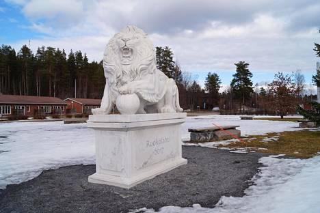 Legenda Ruokolahden leijonasta elää edelleen, vaikka sen seikkailuista tuleekin pian kuluneeksi 30 vuotta. Leijonapatsas tervehtii taajamaan tulijoita.