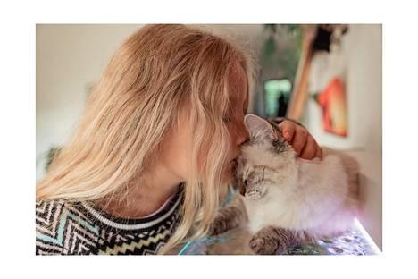 Kun yksi lähtee, tilalle tulee uusi. Uuteen ihmiseen tutustuminen on aina kiinnostavaa. Kuvassa Aurelia ja Nama-kissa.