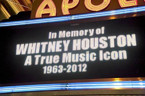 New Yorkin Apollo-teatteri muisti laulajatähden poismenoa valotaulussaan.