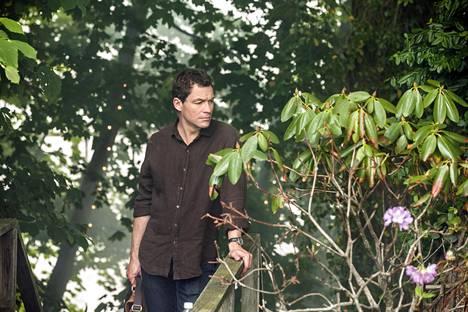 –Salasuhde ei satuta pelkästään petettyä. Pettäjän pitää elää syyllisyyden kanssa, ja se tuhoaa yleensä ihmisen, The Affair -sarjassa Noahia näyttelevä Dominic West sanoo.