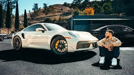 29-vuotias Matthew Haag tunnetaan paremmin nimimerkillä Nadeshot. Pelaamisella rikastunut Haag on nyt uuden Porschen onnellinen omistaja.
