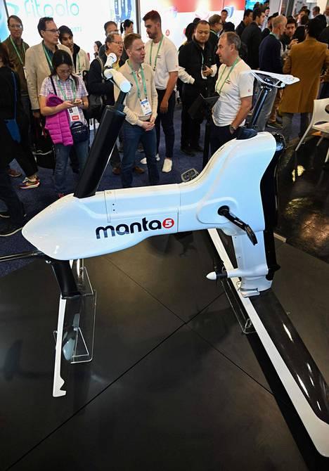 Manta5 Hydrofoiler XE-1 on veden päällä kulkeva sähköpyörän kaltainen laite. Poljettavalla vimpaimella onnistuu liikkuminen myös pienessä aallokossa.