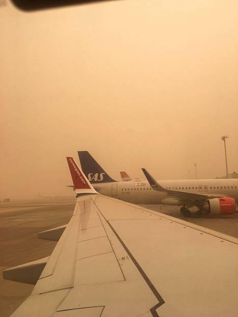 Lentoliikenne on tällä hetkellä jumissa hiekkamyrskyn vuoksi.