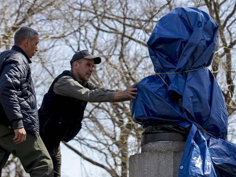 Edward Snowden on paljastanut niin paljon asioita, että häntä esittävä patsas piti peittää välittömästi.