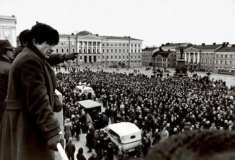 Elokuvaan Punaiset (Reds, 1981) kuvattiin Leningradiin sijoittuvia kohtauksia Helsingissä. Kuvassa ohjaaja-pääosanesittäjä Warren Beatty seuraa tilannetta Senaatintorilla.