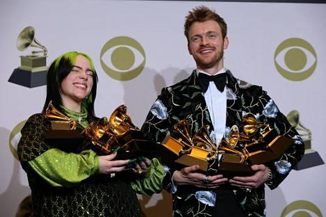 Billie Eilish palkittiin Grammy-gaalassa viidellä palkinnolla. Hän vastaanotti ne yhdessä veljensä kanssa.