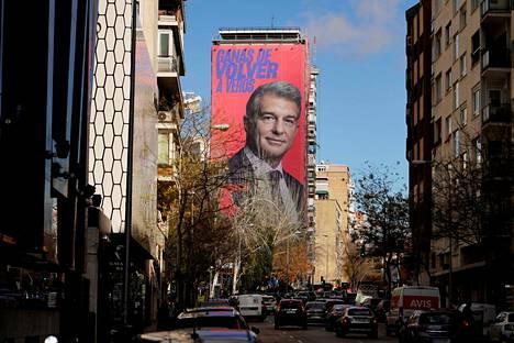 """FC Barcelonan puheenjohtajuutta tavoitteleva Joan Laporta markkinoi ehdokkuuttaan huomiota herättävällä tavalla joulukuussa. Hän osti Real Madridin kotistadionin vieressä sijainneen seinän mainostilakseen. Mainostekstissä Laporta sanoo: """"Odotan innolla uutta kohtaamistamme""""."""