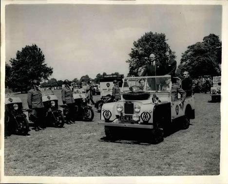 Edinburghin herttua Land Roverissaan Lontoossa vuonna 1955.