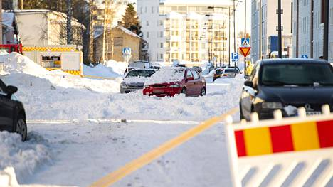 Pudonneet lumet aiheuttivat suuria vaurioita pysäköidyille autoille.