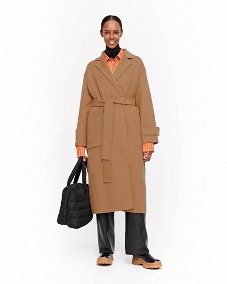 Kotimaisen Marimekon takki on valmistettu pehmeästä villasekoitteesta, jossa on 70 % villaa ja 30 % viskoosia, 364 € (ovh 520 €).
