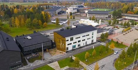 Kolmesta erillisestä rakennuksesta koostuvassa Lakeustalossa on muun muassa kunnanvirastoja, hotelli, kahvila ja kuntosali.