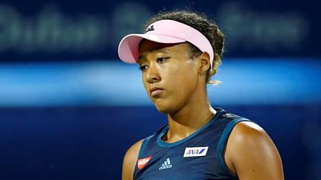 Maailmanlistan ykkönen Naomi Osaka palasi tappiolla tennisarkeen –