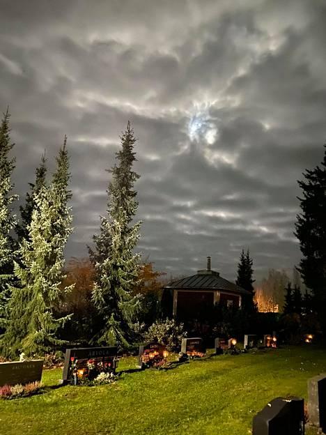 Kuu pilkotti pilvien takaa Somerolla.