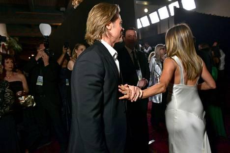 Etenkin se, että Brad Pitt tarttui Jennifer Anistonia kädestä kiinni huomioitiin.