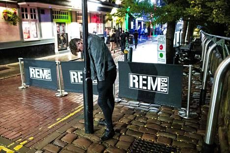 Juhlimisesta väsynyt mies torkahti lyhtypylvästä vasten Manchesterissa viime yönä.