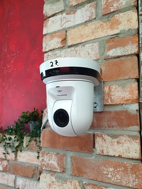 Valkoisia ja mustia kameroita on BB-talossa useita kymmeniä.