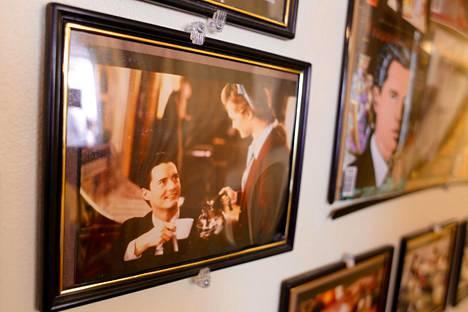 Musta puku ja kuppi pirun hyvää kahvia – siitä Twin Peaksin legendaarisen etsivä Dale Cooperin tunnusmerkit.
